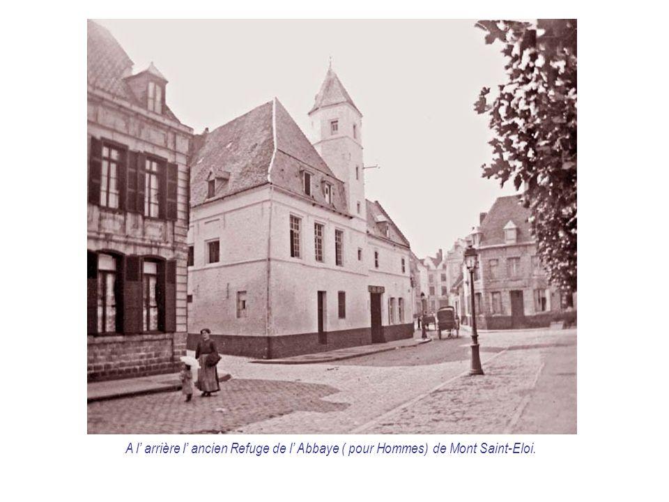 A l' arrière l' ancien Refuge de l' Abbaye ( pour Hommes) de Mont Saint-Eloi.