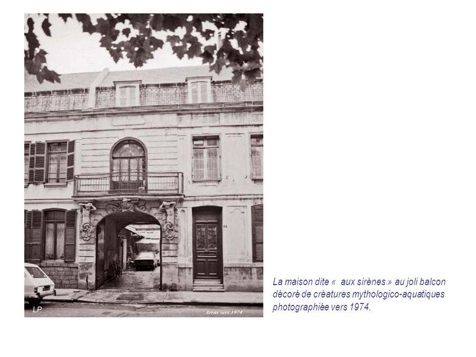 La maison dite « aux sirènes » au joli balcon décoré de créatures mythologico-aquatiques photographiée vers 1974.
