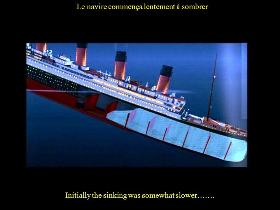 Le navire commença lentement à sombrer