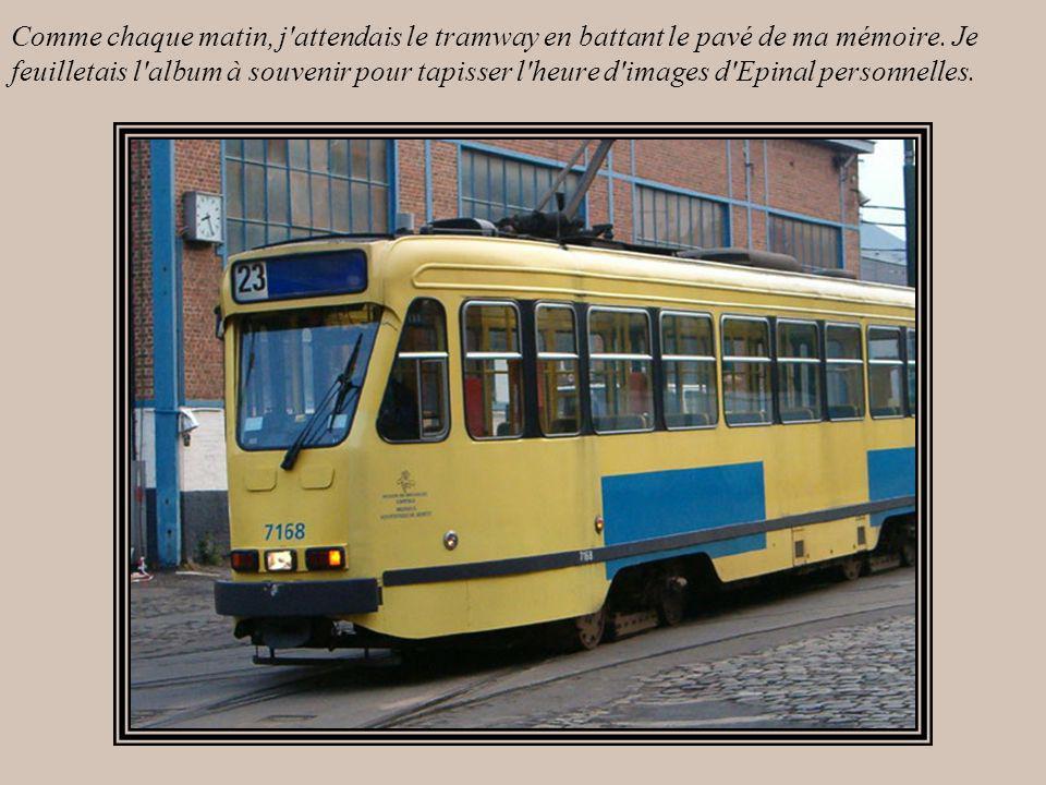 Comme chaque matin, j attendais le tramway en battant le pavé de ma mémoire.