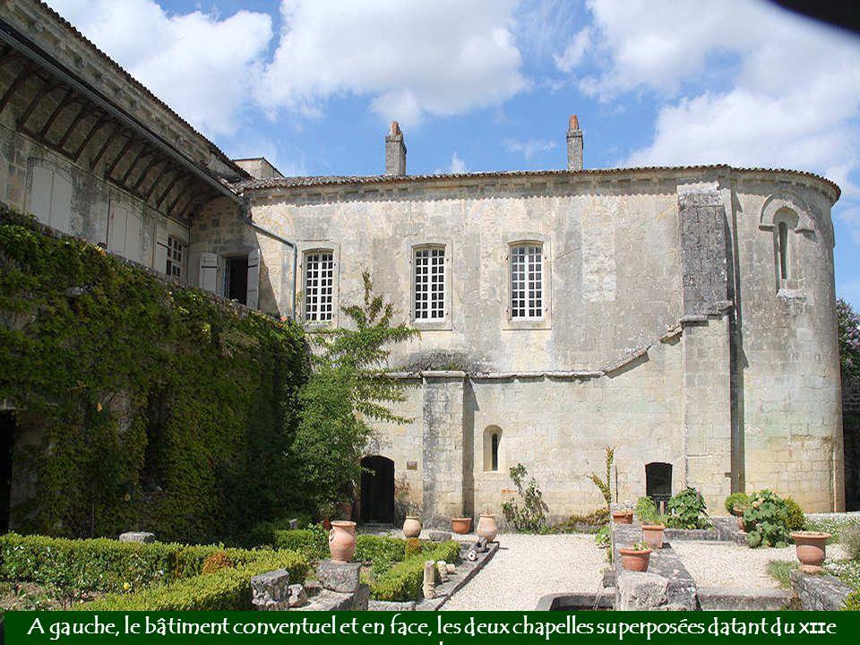 A gauche, le bâtiment conventuel et en face, les deux chapelles superposées datant du XIIe siècle.
