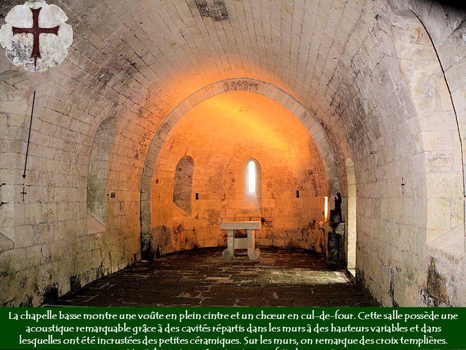 La chapelle basse montre une voûte en plein cintre et un chœur en cul-de-four.