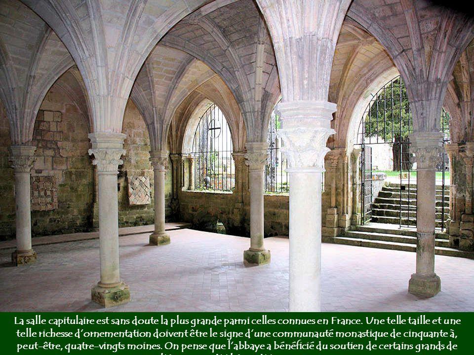 La salle capitulaire est sans doute la plus grande parmi celles connues en France.