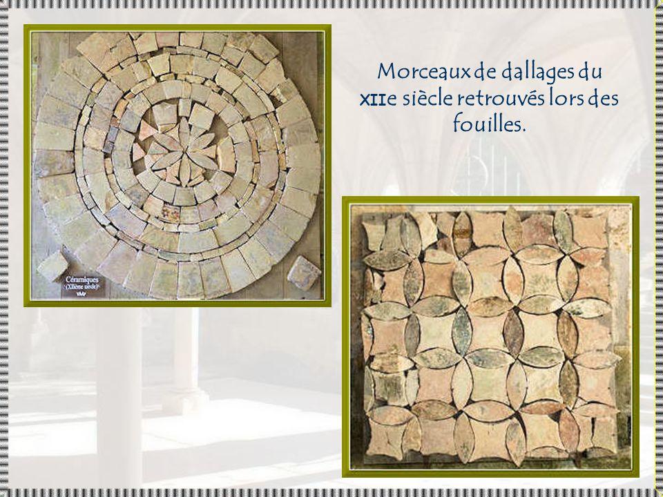 Morceaux de dallages du XIIe siècle retrouvés lors des fouilles.