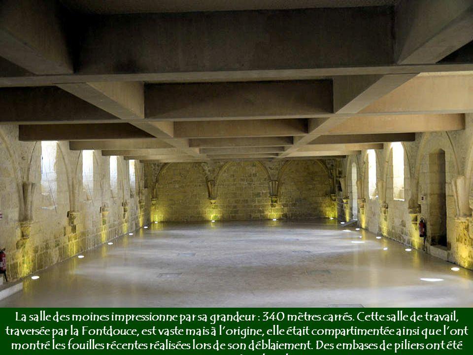 La salle des moines impressionne par sa grandeur : 340 mètres carrés