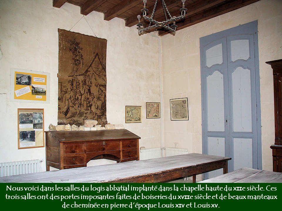 Nous voici dans les salles du logis abbatial implanté dans la chapelle haute du XIIe siècle.