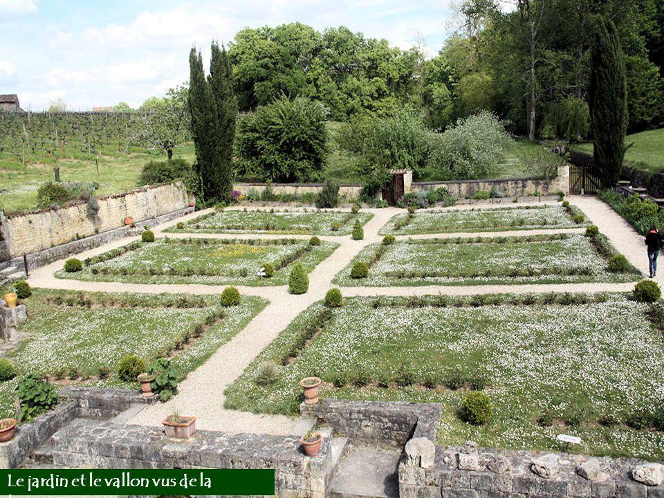 Le jardin et le vallon vus de la terrasse.