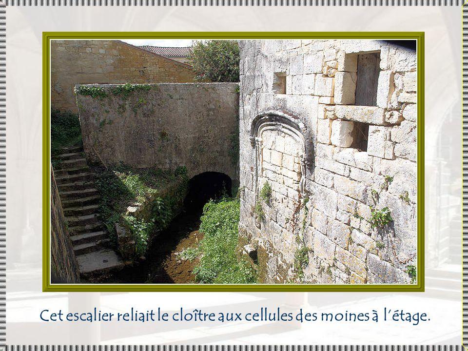Cet escalier reliait le cloître aux cellules des moines à l'étage.
