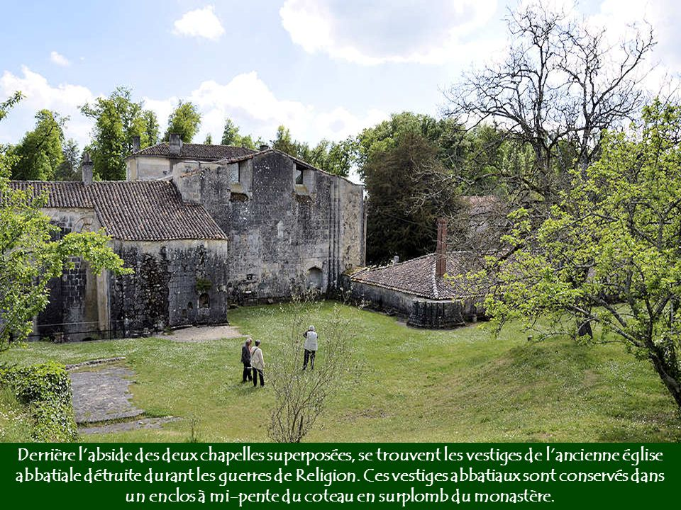 Derrière l'abside des deux chapelles superposées, se trouvent les vestiges de l'ancienne église abbatiale détruite durant les guerres de Religion.
