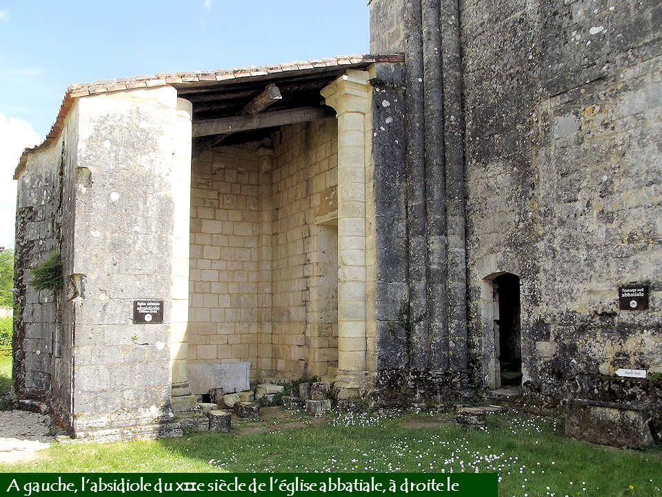 A gauche, l'absidiole du XIIe siècle de l'église abbatiale, à droite le transept sud.