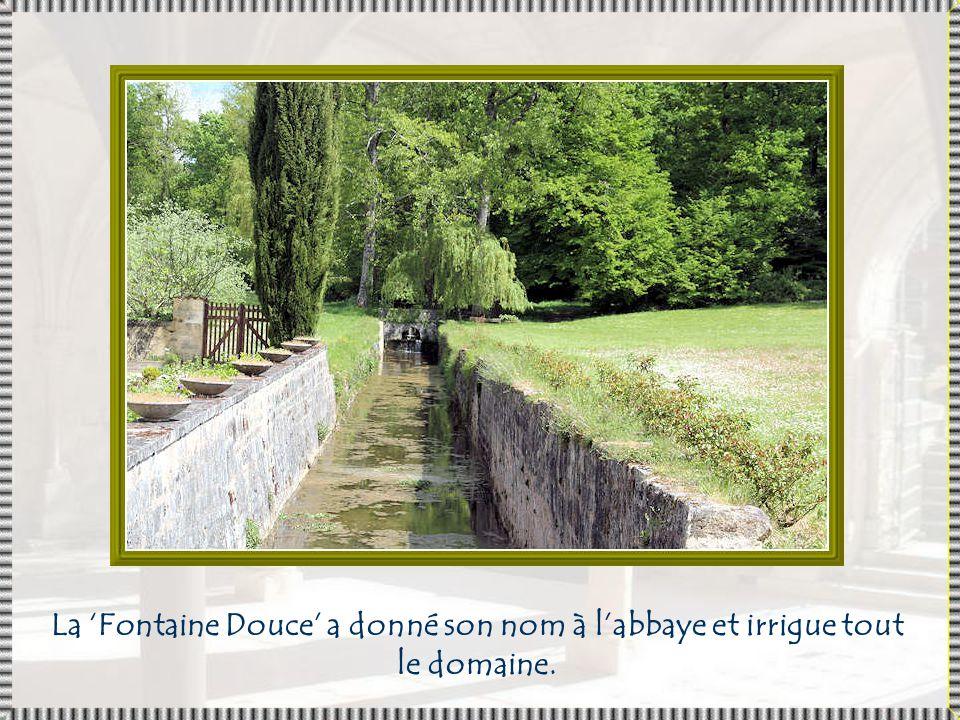 La 'Fontaine Douce' a donné son nom à l'abbaye et irrigue tout le domaine.