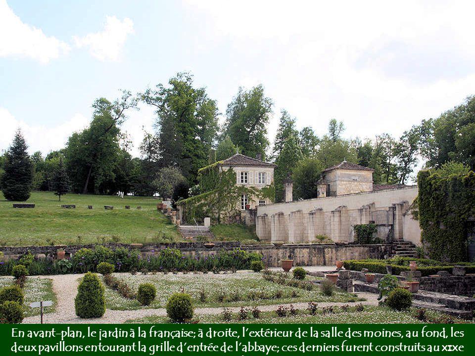 En avant-plan, le jardin à la française; à droite, l'extérieur de la salle des moines, au fond, les deux pavillons entourant la grille d'entrée de l'abbaye; ces derniers furent construits au XIXe siècle.