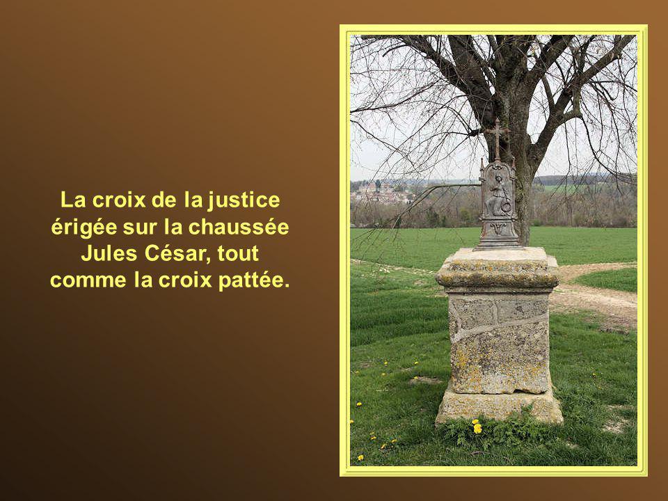 La croix de la justice érigée sur la chaussée Jules César, tout comme la croix pattée.