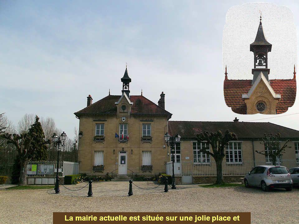 La mairie actuelle est située sur une jolie place et date de 1906.