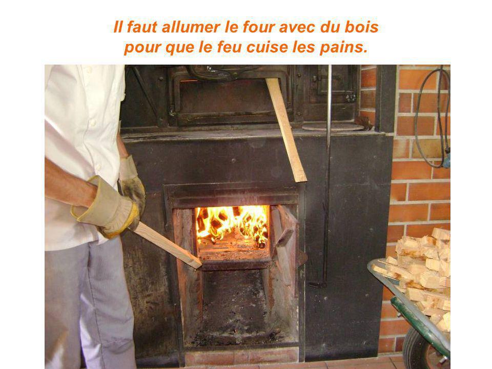 Il faut allumer le four avec du bois pour que le feu cuise les pains.