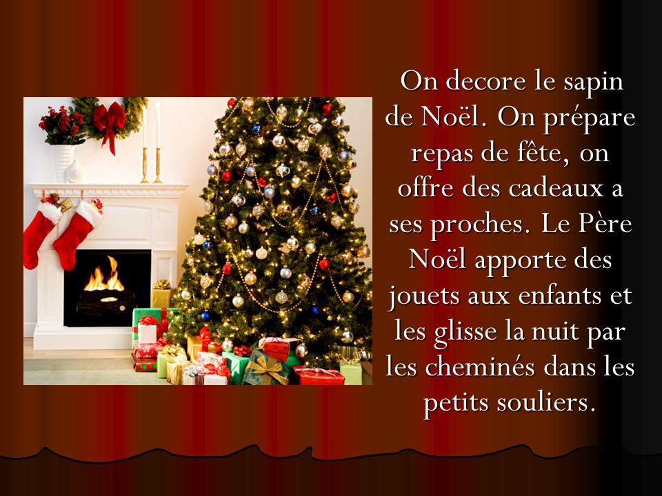 On decore le sapin de Noël