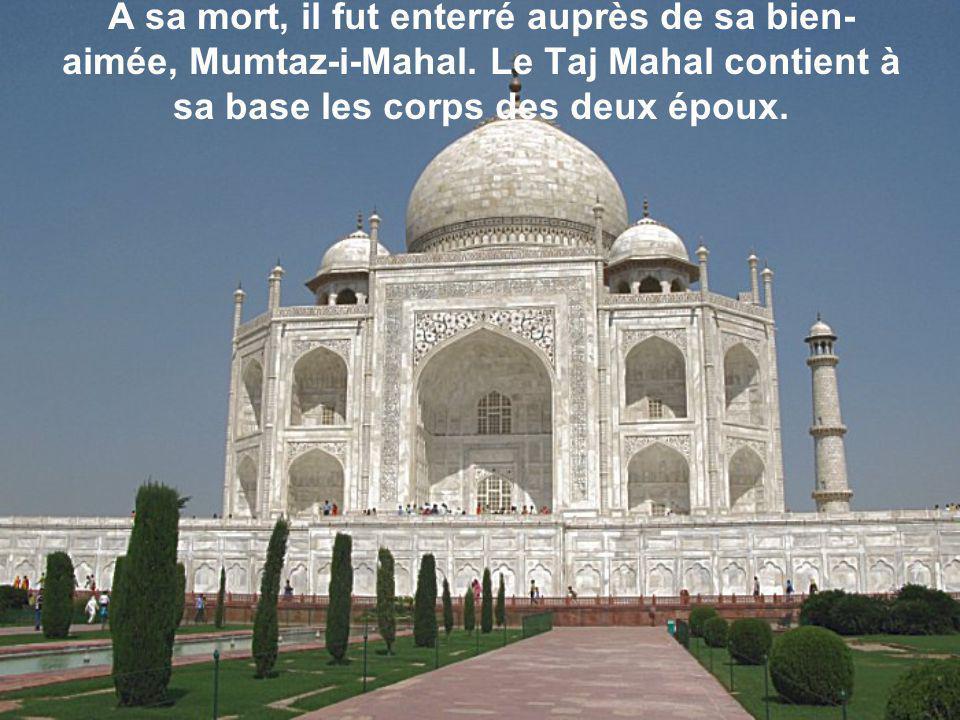 A sa mort, il fut enterré auprès de sa bien- aimée, Mumtaz-i-Mahal