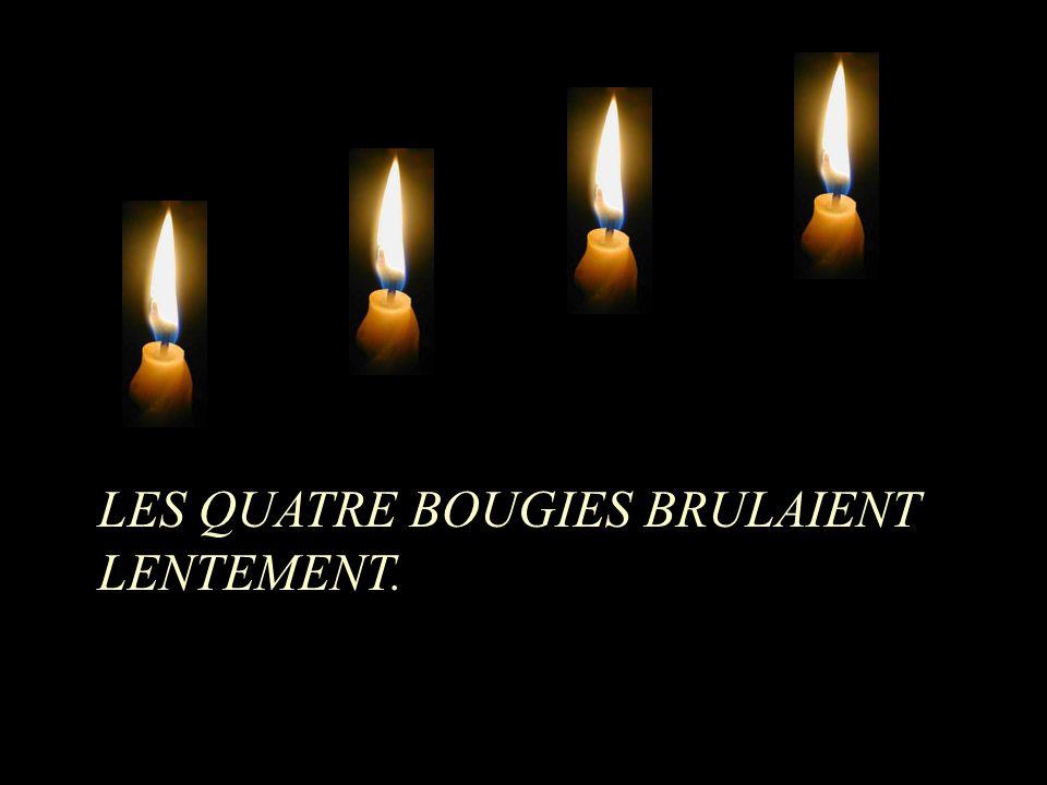 LES QUATRE BOUGIES BRULAIENT LENTEMENT.