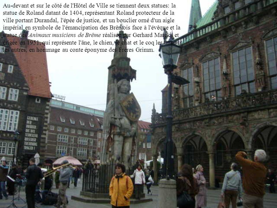 Au-devant et sur le côté de l Hôtel de Ville se tiennent deux statues: la statue de Roland datant de 1404, représentant Roland protecteur de la ville portant Durandal, l épée de justice, et un bouclier orné d un aigle impérial en symbole de l émancipation des Brêmois face à l évêque et la statue des Animaux musiciens de Brême réalisée par Gerhard Marcks et érigée en 1951, qui représente l âne, le chien, le chat et le coq les uns sur les autres, en hommage au conte éponyme des Frères Grimm.