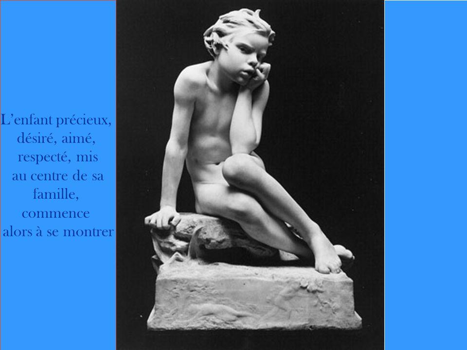 L'enfant précieux, désiré, aimé, respecté, mis au centre de sa famille, commence alors à se montrer