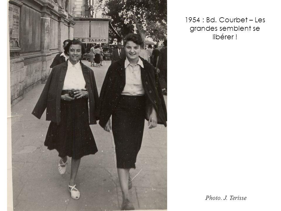 1954 : Bd. Courbet – Les grandes semblent se libérer !