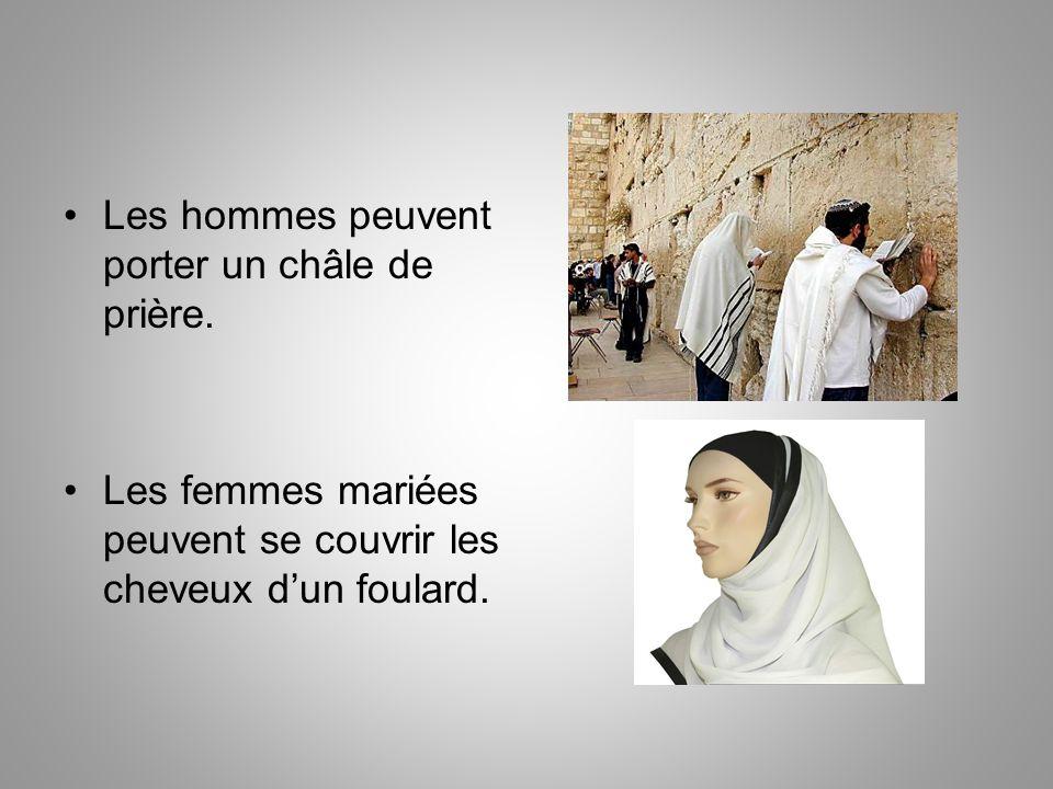 Les hommes peuvent porter un châle de prière.