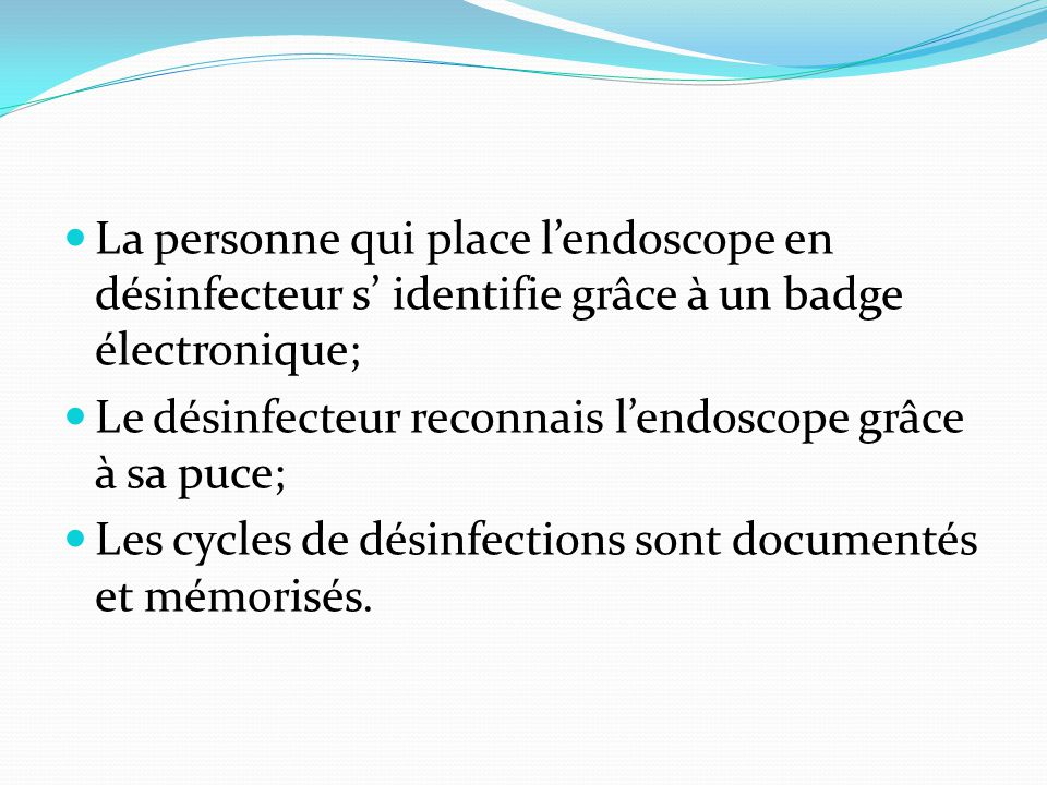 La personne qui place l'endoscope en désinfecteur s' identifie grâce à un badge électronique;