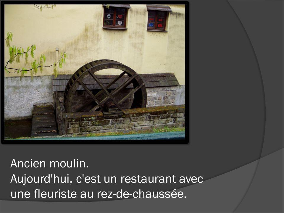 Ancien moulin. Aujourd hui, c est un restaurant avec une fleuriste au rez-de-chaussée.