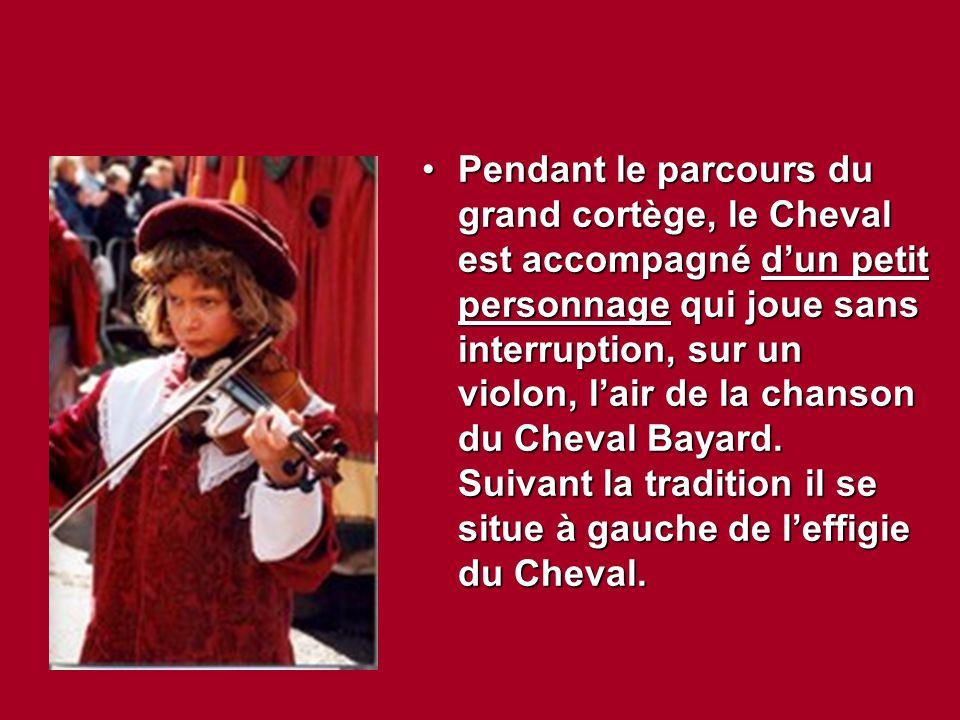 Pendant le parcours du grand cortège, le Cheval est accompagné d'un petit personnage qui joue sans interruption, sur un violon, l'air de la chanson du Cheval Bayard.