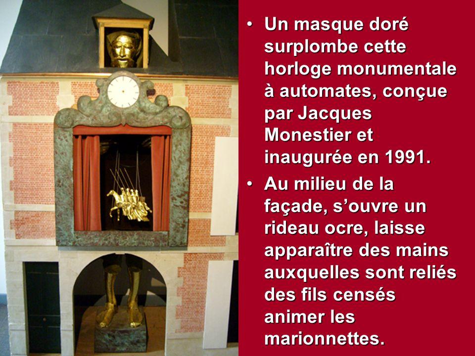 Un masque doré surplombe cette horloge monumentale à automates, conçue par Jacques Monestier et inaugurée en 1991.