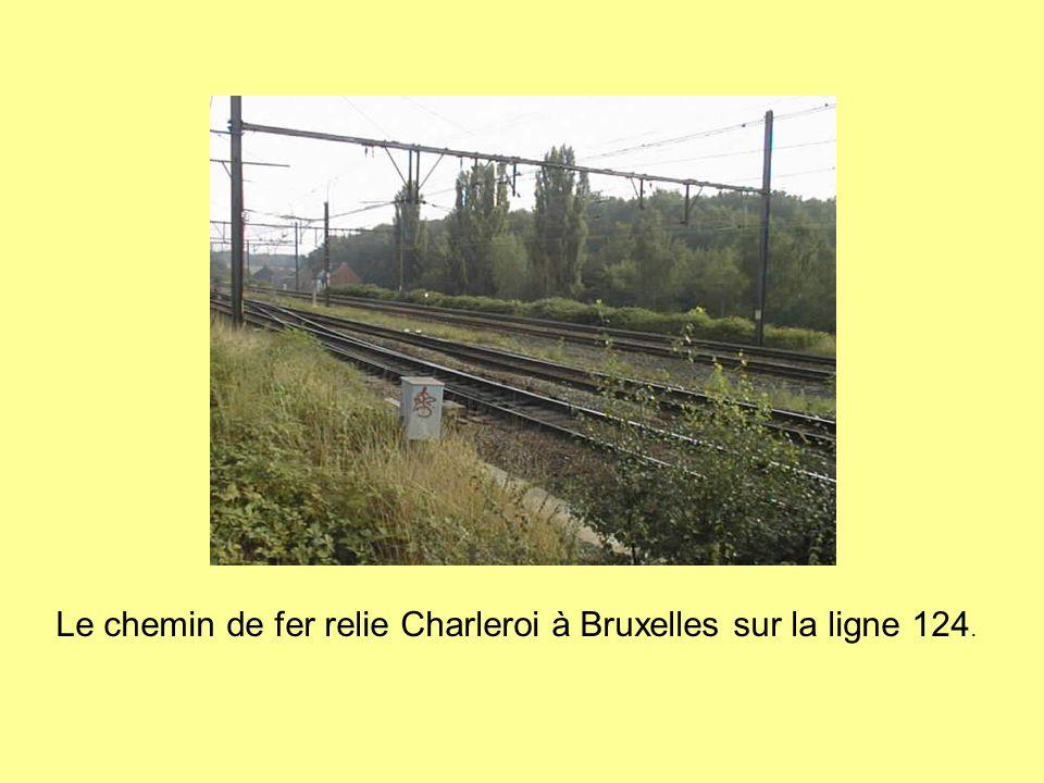 Le chemin de fer relie Charleroi à Bruxelles sur la ligne 124.