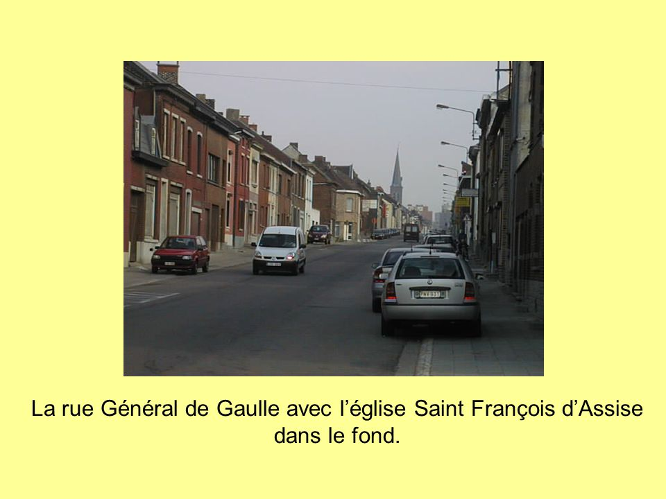 La rue Général de Gaulle avec l'église Saint François d'Assise