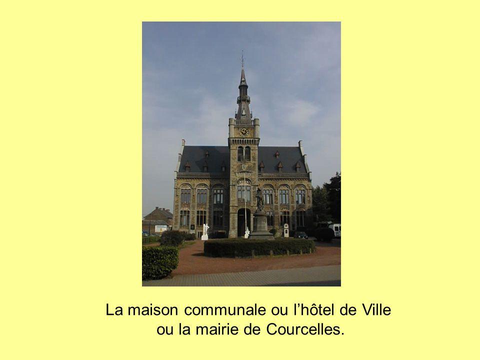 La maison communale ou l'hôtel de Ville ou la mairie de Courcelles.