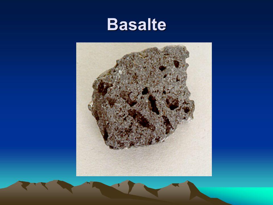 Basalte montrent des trous causés par la présence de bulles de gaz libérées au moment de la solidification du magma.