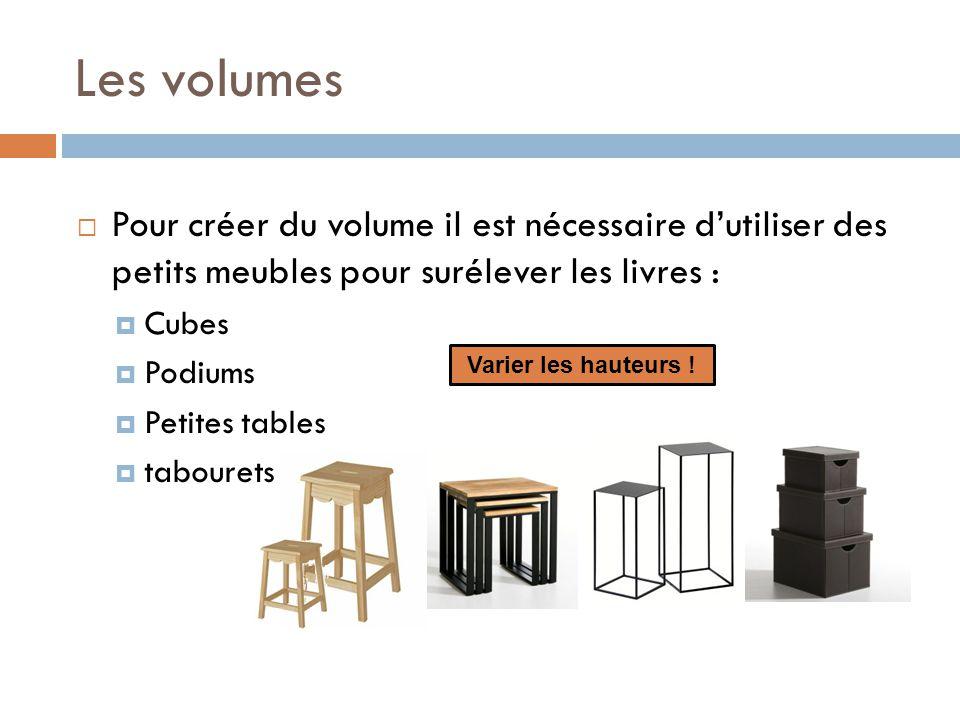 Les volumes Pour créer du volume il est nécessaire d'utiliser des petits meubles pour surélever les livres :