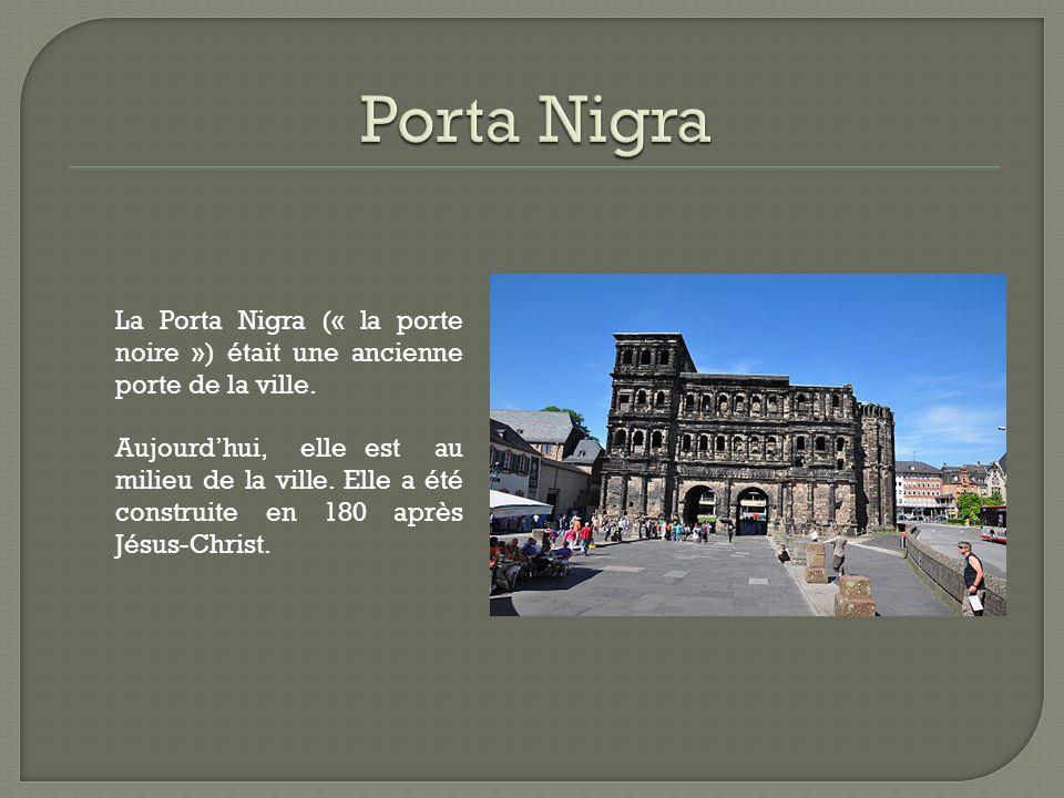 Porta Nigra La Porta Nigra (« la porte noire ») était une ancienne porte de la ville.