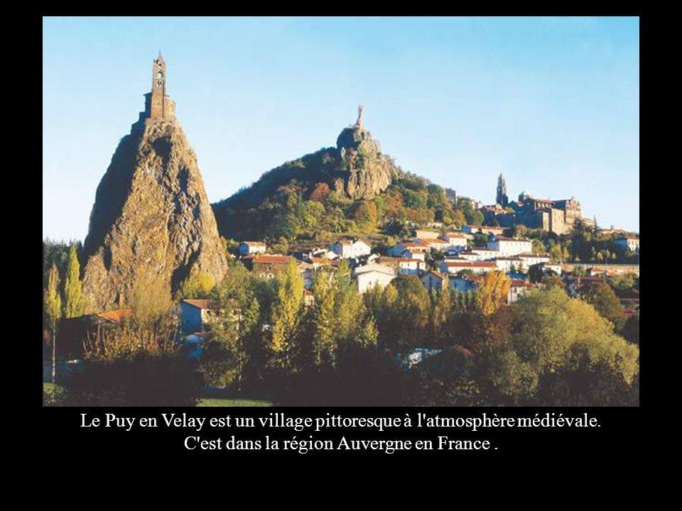 FRANCIA Le Puy en Velay. Le Puy en Velay est un village pittoresque à l atmosphère médiévale.