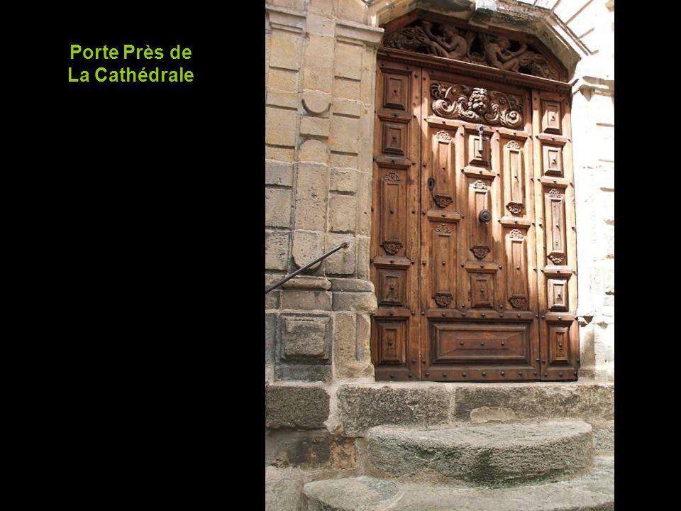 Porte Près de La Cathédrale