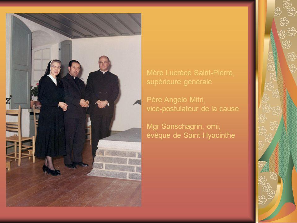 Mère Lucrèce Saint-Pierre, supérieure générale Père Angelo Mitri, vice-postulateur de la cause Mgr Sanschagrin, omi, évêque de Saint-Hyacinthe
