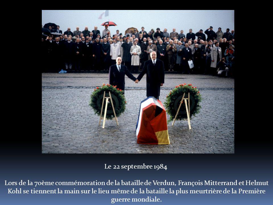 Le 22 septembre 1984 Lors de la 70ème commémoration de la bataille de Verdun, François Mitterrand et Helmut Kohl se tiennent la main sur le lieu même de la bataille la plus meurtrière de la Première guerre mondiale.