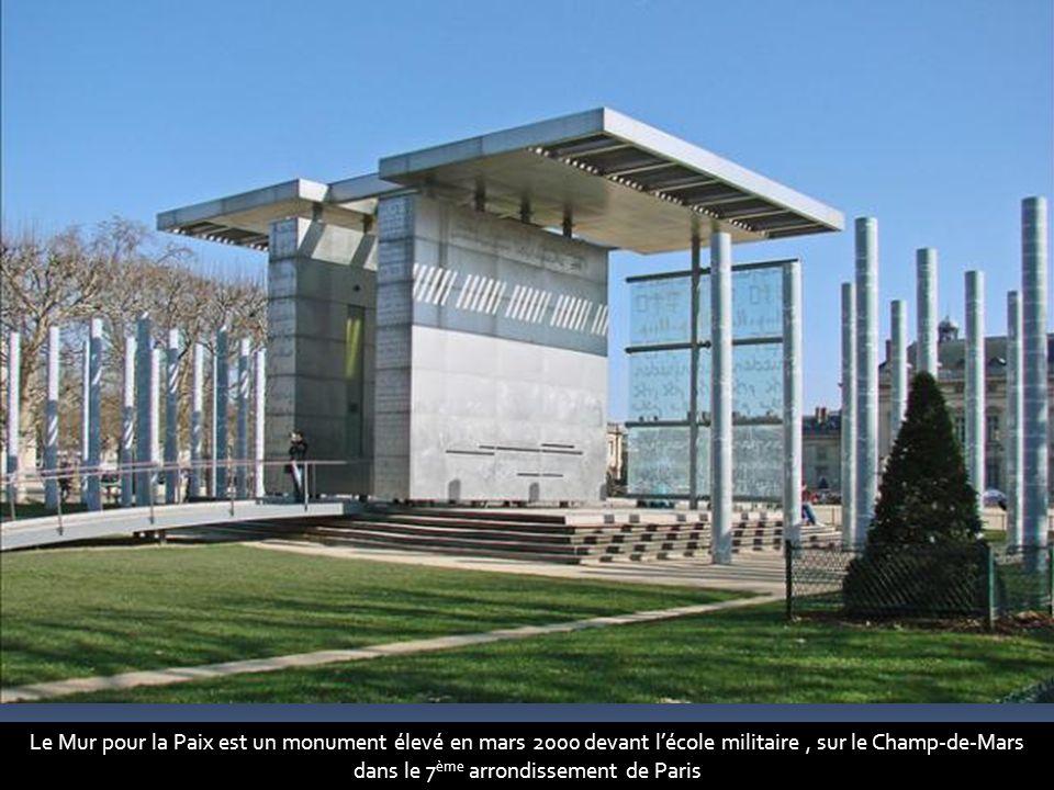 Il a été réalisé par l artiste Clara Halter et l architecte Jean-Michel Wilmotte. Ils ont installé ce monument célébrant la paix dans un endroit qui est précisément un symbole de la guerre (le Champ-de-Mars tire son nom de Mars, le dieu de la guerre dans la mythologie romaine, et l École militaire se trouve à proximité). Il devait être initialement placé devant le siège de l UNESCO.