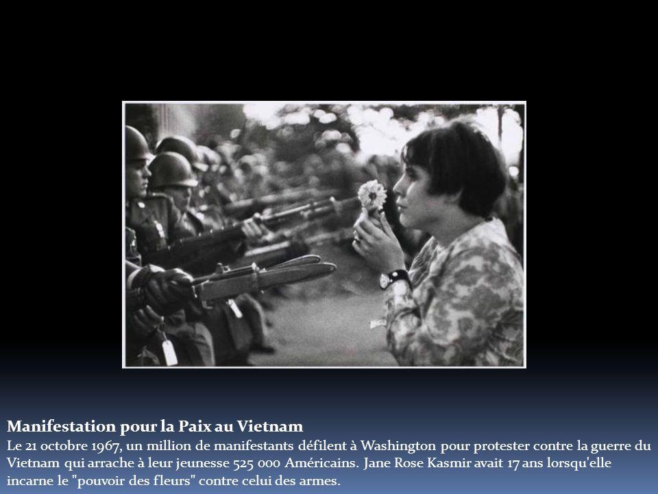 Manifestation pour la Paix au Vietnam Le 21 octobre 1967, un million de manifestants défilent à Washington pour protester contre la guerre du Vietnam qui arrache à leur jeunesse 525 000 Américains.