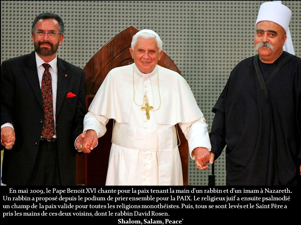 En mai 2009, le Pape Benoit XVI chante pour la paix tenant la main d un rabbin et d un imam à Nazareth.