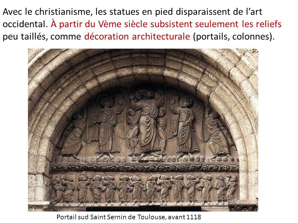 Avec le christianisme, les statues en pied disparaissent de l'art occidental. À partir du Vème siècle subsistent seulement les reliefs peu taillés, comme décoration architecturale (portails, colonnes).