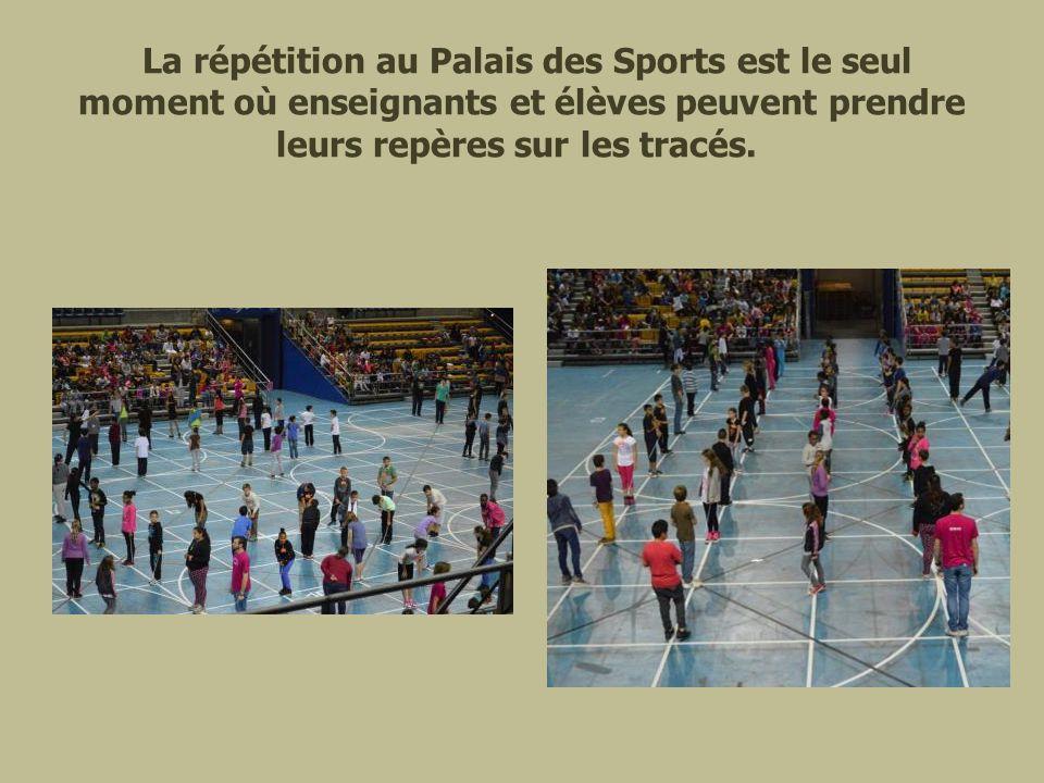 La répétition au Palais des Sports est le seul moment où enseignants et élèves peuvent prendre leurs repères sur les tracés.