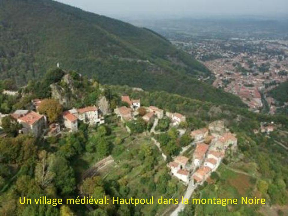 Un village médiéval: Hautpoul dans la montagne Noire