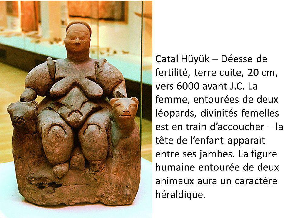 Çatal Hüyük – Déesse de fertilité, terre cuite, 20 cm, vers 6000 avant J.C. La femme, entourées de deux léopards, divinités femelles est en train d'accoucher – la tête de l'enfant apparait entre ses jambes. La figure humaine entourée de deux animaux aura un caractère héraldique.