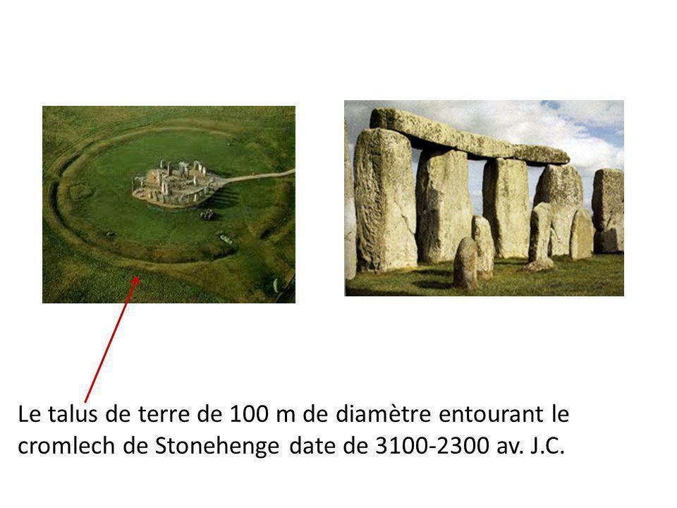 Le talus de terre de 100 m de diamètre entourant le cromlech de Stonehenge date de 3100-2300 av.