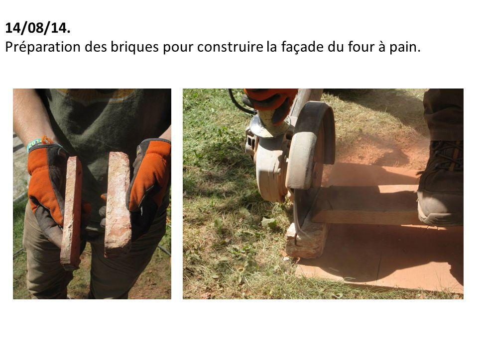 14/08/14. Préparation des briques pour construire la façade du four à pain.