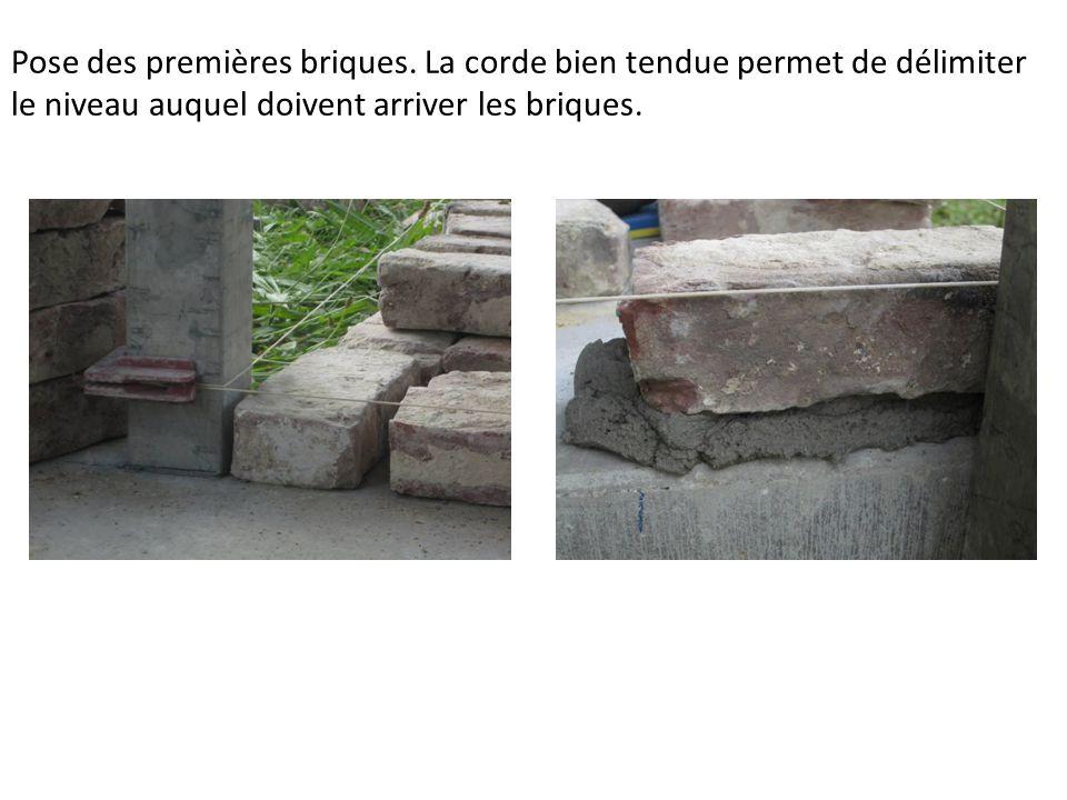 Pose des premières briques